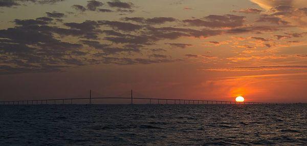 Superbe vue du pont qui traverse la baie de Tampa.