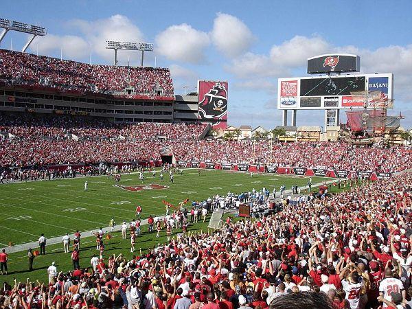 Le football et les Buccaneers . 65 000 personnes peuvent assister aux matchs.