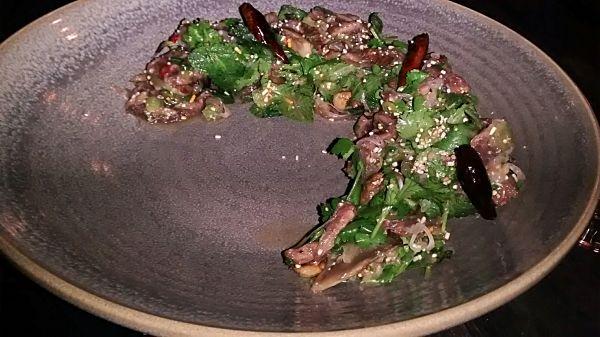 La délicieuse et fraîche salade au boeuf LARB du Laos.