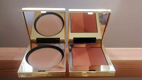 À gauche: La poudre Flawless Finish en Medium À droite: Le duo de poudres bronzantes  Beautiful color.