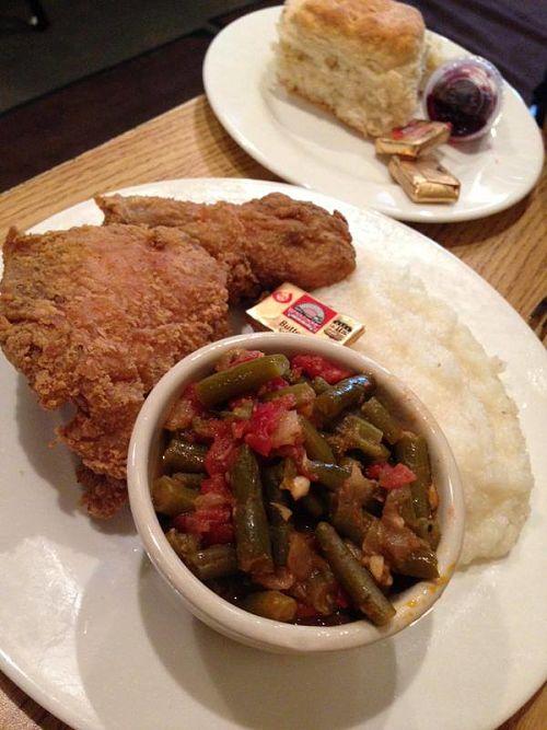 Un classique de la cuisine américaine du sud: le poulet frit et les pommes de terre purée extra beurre!