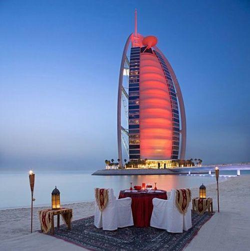 Vue de l'hôtel Burj Al Arab au couché du soleil.