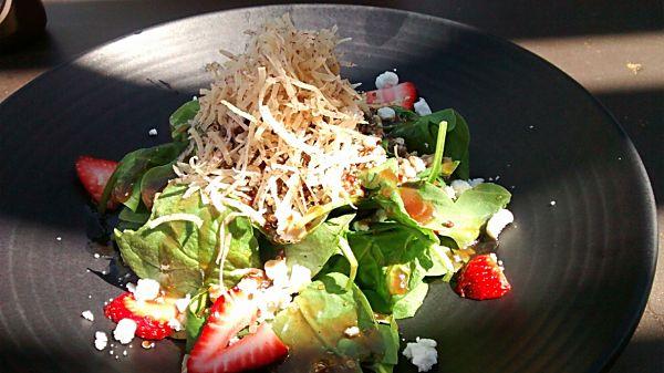 Une délectable salade au quinoa, chèvre, fraises et épinards avec du taro!