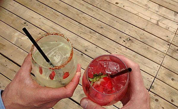 Ce cocktail sera le roi de la terrasse! À droite, une version avec de la limonade fraîchement pressée et du gin.