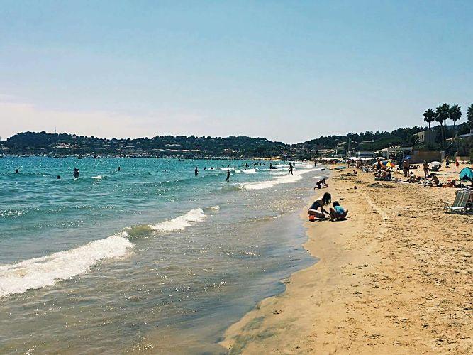 La plage est l'exemple typique qui contient beaucoup d'éléments perturbateurs pour la peau: le soleil, l'eau salée et le sable rugueux. Merci à notre collaborateur Christian pour la photo. Cette magnifique plage se situe à Cavalaire-sur-mer, en France.