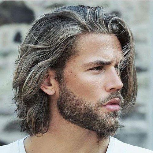 Quel homme n'aimerait-il pas avoir un petit teint basané comme un surfer?