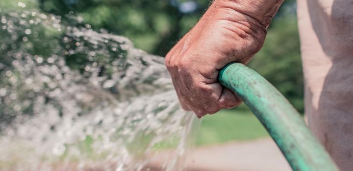 Submergez votre visage d'une hydratation durable, grâce à ce top 3 gels d'eau!